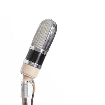 Micrófono de metal aislar sobre fondo blanco con rock'n'roll