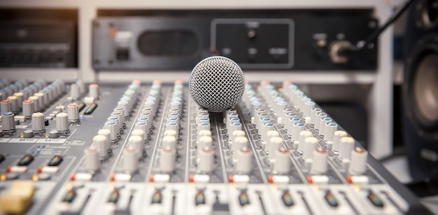 Micrófono con mezclador de audio en estudio para grabar en vivo los medios y el sonido.