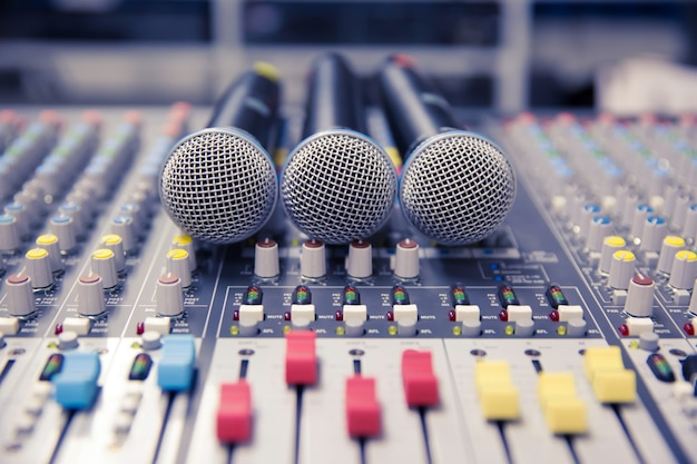 Micrófono y mezclador de audio en estudio.
