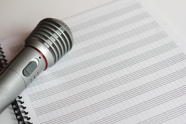 El micrófono musical se encuentra en una partitura limpia.