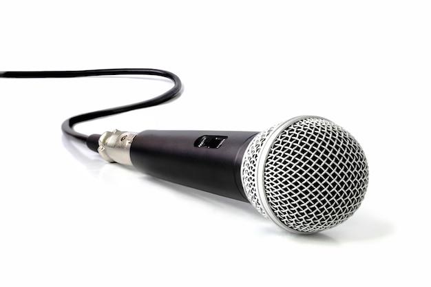 Micrófono negro aislado sobre fondo blanco.