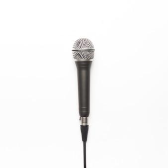 Micrófono negro y plateado sobre un fondo blanco