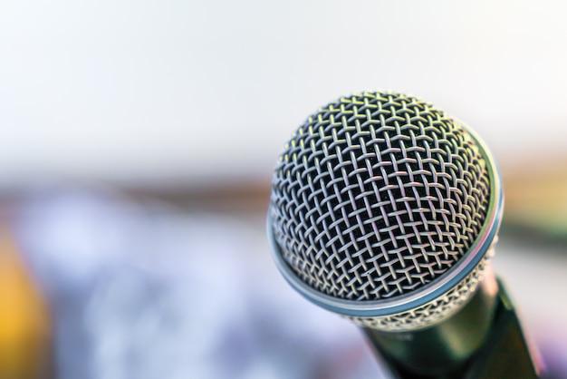 Micrófono negro en la sala de conferencias (imagen procesada v filtrado