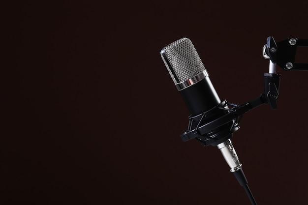 Micrófono en oscuridad