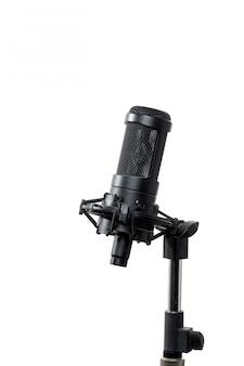 Micrófono de pie sobre fondo blanco.