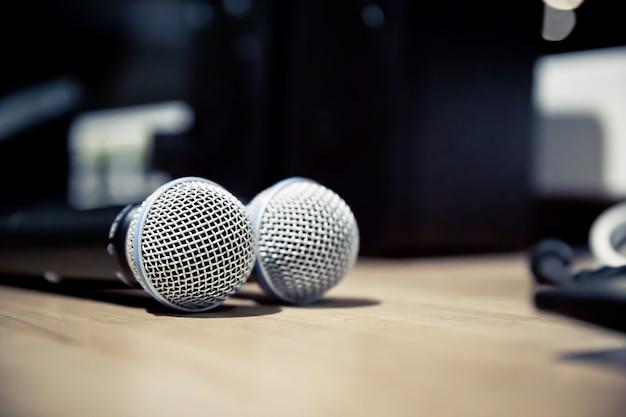Micrófono de primer plano con la computadora portátil en el estudio.