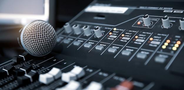 Micrófono de primer plano en un equipo mezclador de sonido para grabar