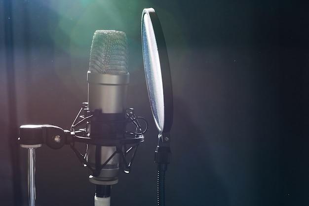 Micrófono profesional en estudio de grabación.