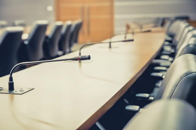Micrófono profesional para reuniones en la sala de reuniones.