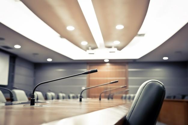 Micrófono profesional en la sala de reuniones.