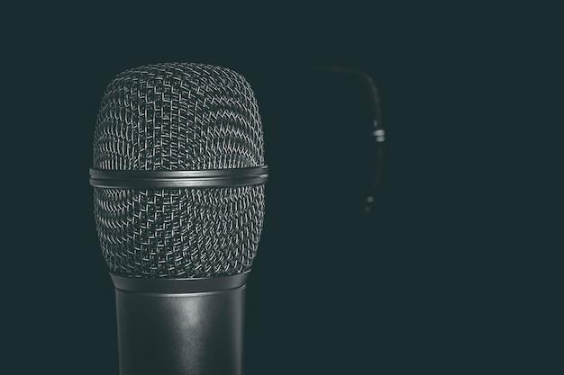 El micrófono se refleja en el espejo.