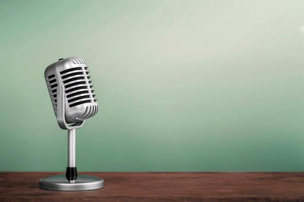 Micrófono retro en stlye vintage de mesa de madera