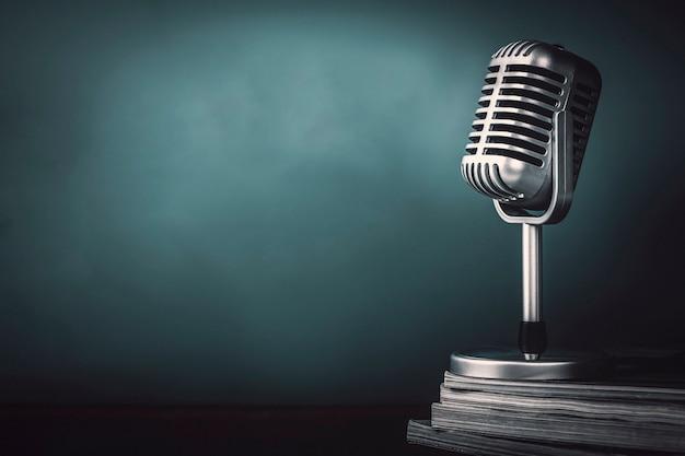Micrófono con revista sobre mesa de madera vintage stlye