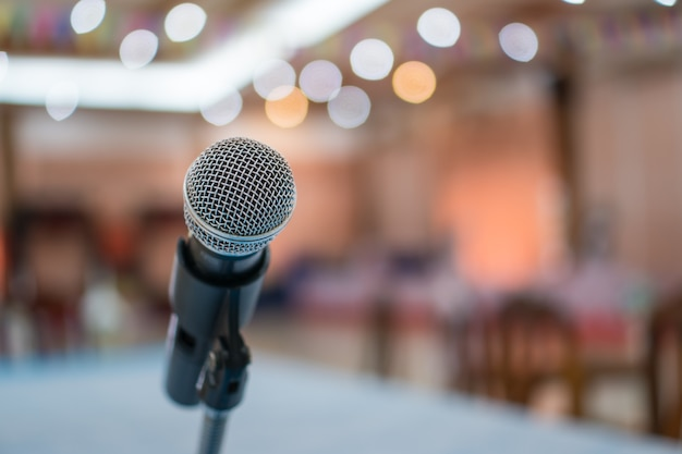 Micrófono en sala de conferencias borrosa abstracta