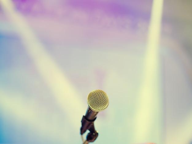 Micrófono en la sala de conferencias o sala de seminarios. sala de reuniones, seminario, evento, negocios, sala, presentación, exposición.