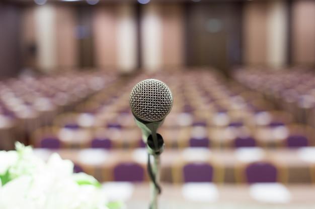 Micrófono en la sala de conferencias o sala de seminarios.