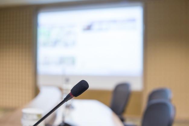 Micrófono en sala de reuniones para una conferencia.