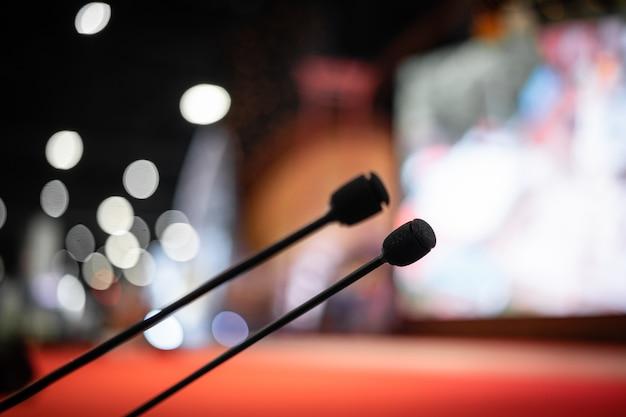 Micrófono en la sala de reuniones para una sala de fiestas o sala de conferencias.