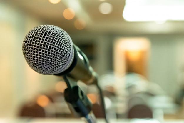 Micrófono en sala de seminarios o conferencia de conferencias.