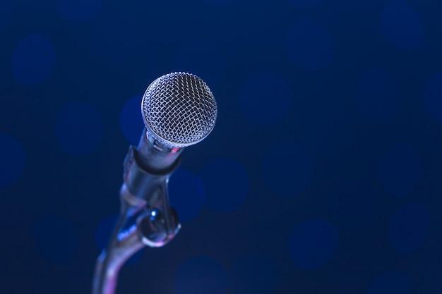 Micrófono en sala de seminarios.