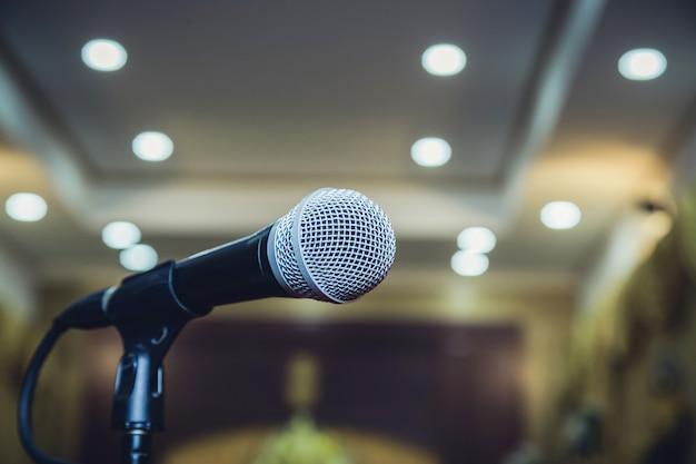 Micrófono en sala de seminarios