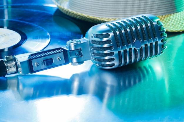 Micrófono y segmento de disco de vinilo.