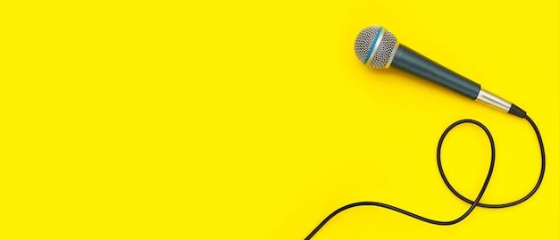 Micrófono sobre fondo amarillo. vista superior