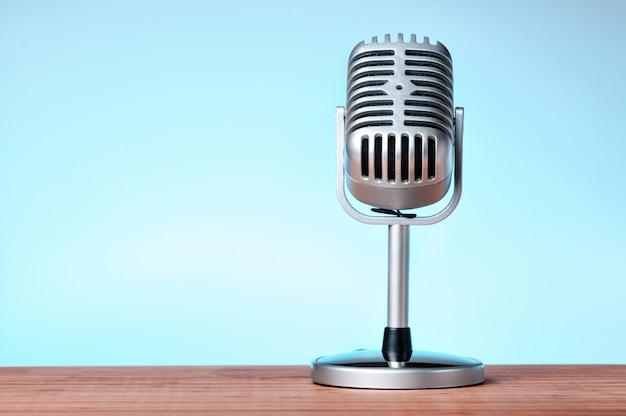 Micrófono sobre un fondo azul.