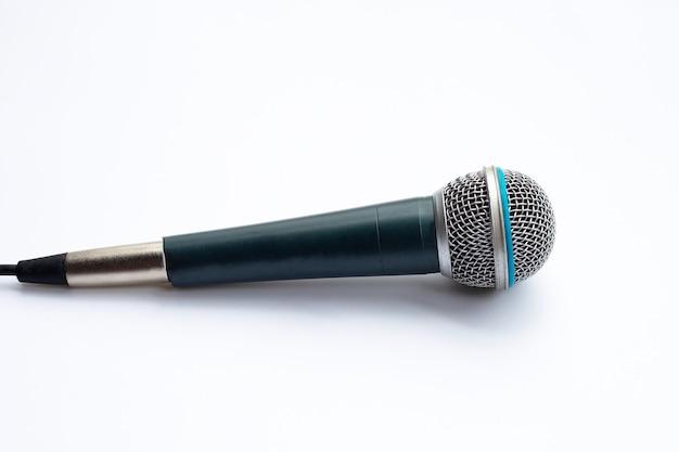Micrófono sobre un fondo blanco.