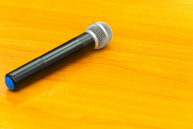 Micrófono sobre fondo de madera.