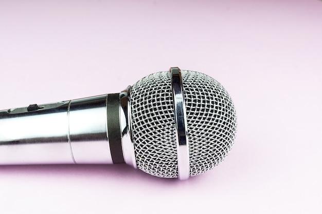 Micrófono sobre un fondo rosa