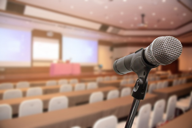 Micrófono sobre el foro borroso reunión conferencia entrenamiento aprendizaje concepto de entrenamiento, fondo borroso.