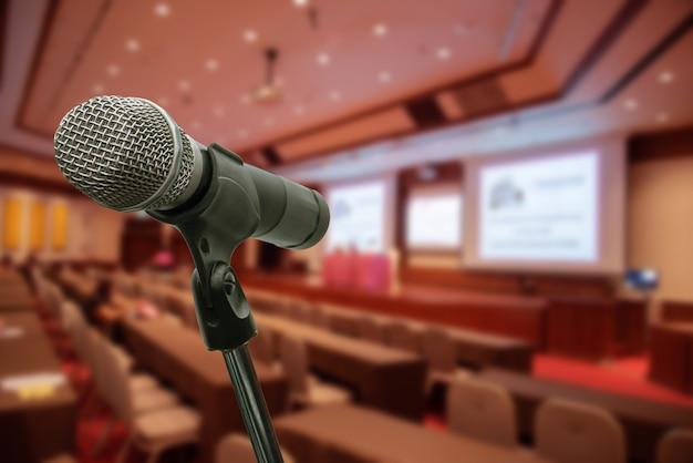 Micrófono sobre el foro borroso reunión conferencia entrenamiento aprendizaje sala de entrenamiento concepto, fondo borroso.