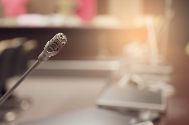 Micrófono sobre el foro de negocios borrosa reunión