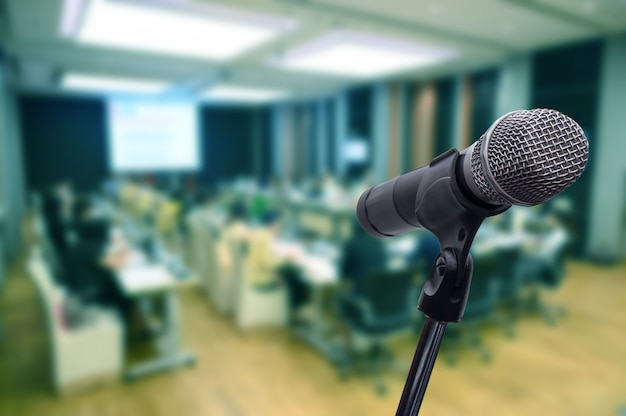 Micrófono sobre el foro de negocios borroso reunión o conferencia