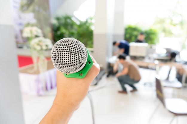 Micrófono en soporte