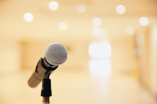 Micrófono en el stand para hablar en público.
