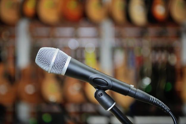 Micrófono con el telón de fondo de la tienda de música