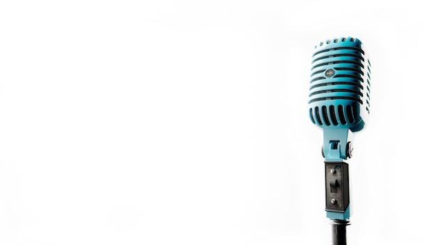 Micrófono vintage imágenes de un antiguo micrófono de color azul sobre fondo blanco ilustración 3d