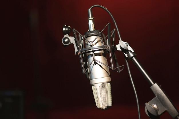 Micrófono de vista frontal en un soporte y espacio de copia