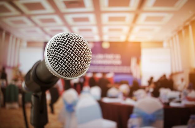 Micrófonos en abstracto borrosa de discurso en la sala de seminarios