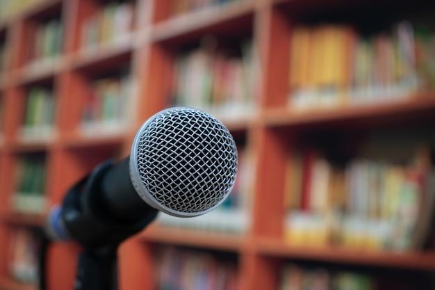 Micrófonos con altavoz en una sala de conferencias corporativa o universitaria, concepto de reunión de seminario