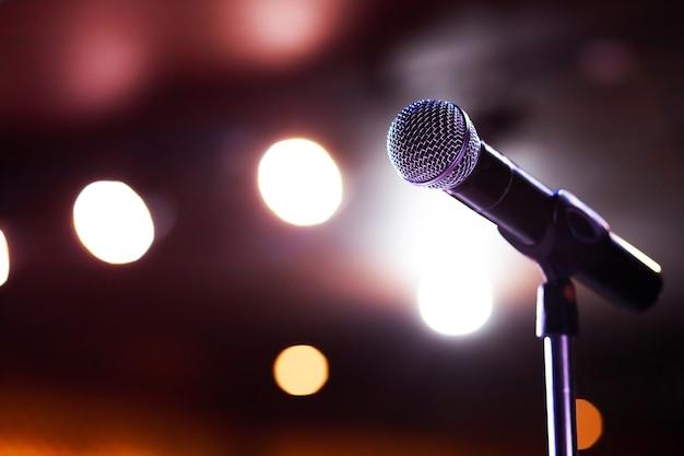 Micrófonos para cantantes que esperan conciertos.