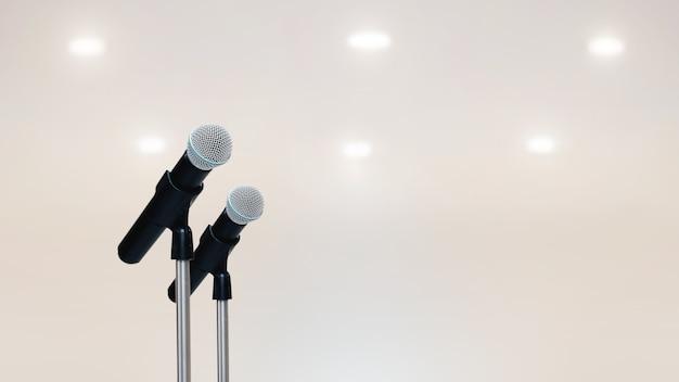 Los micrófonos están en el soporte con pared blanca.