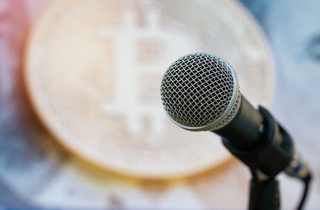 Micrófonos para hablar o hablar en la sala de seminarios.