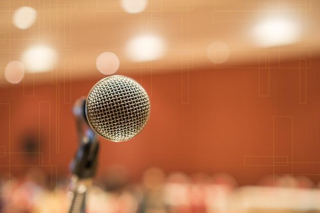 Micrófonos para hablar o hablar en seminario sala de conferencias
