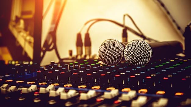 Micrófonos con mezclador de sonido en estudio.