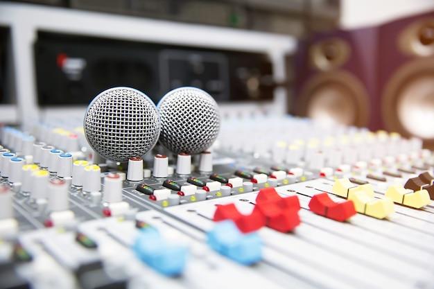 Micrófonos en el mezclador de sonido en el estudio.