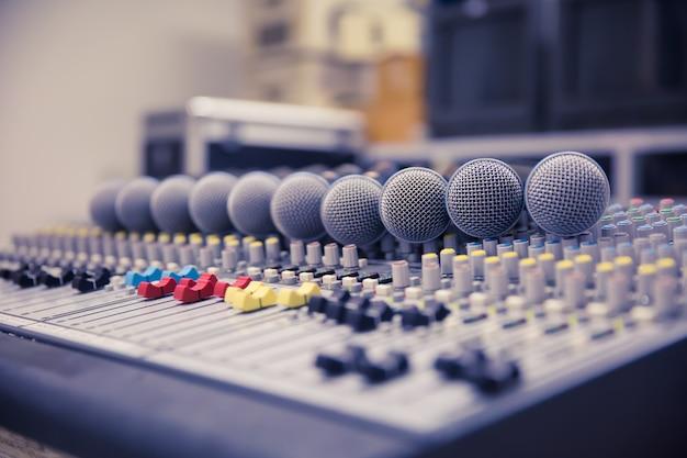 Micrófonos y mezclador de sonido en la sala de control