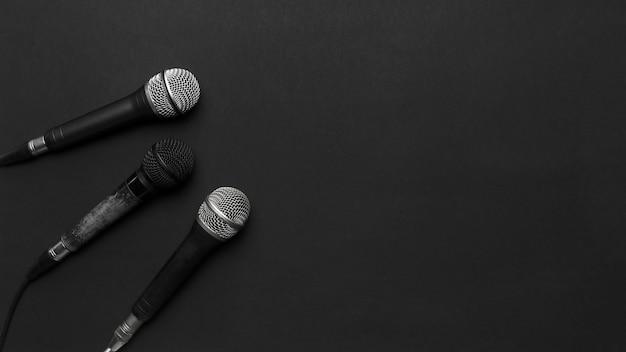 Micrófonos negros y plateados sobre un fondo negro